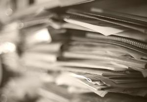 Desorden de papeles, cajas y carpetas